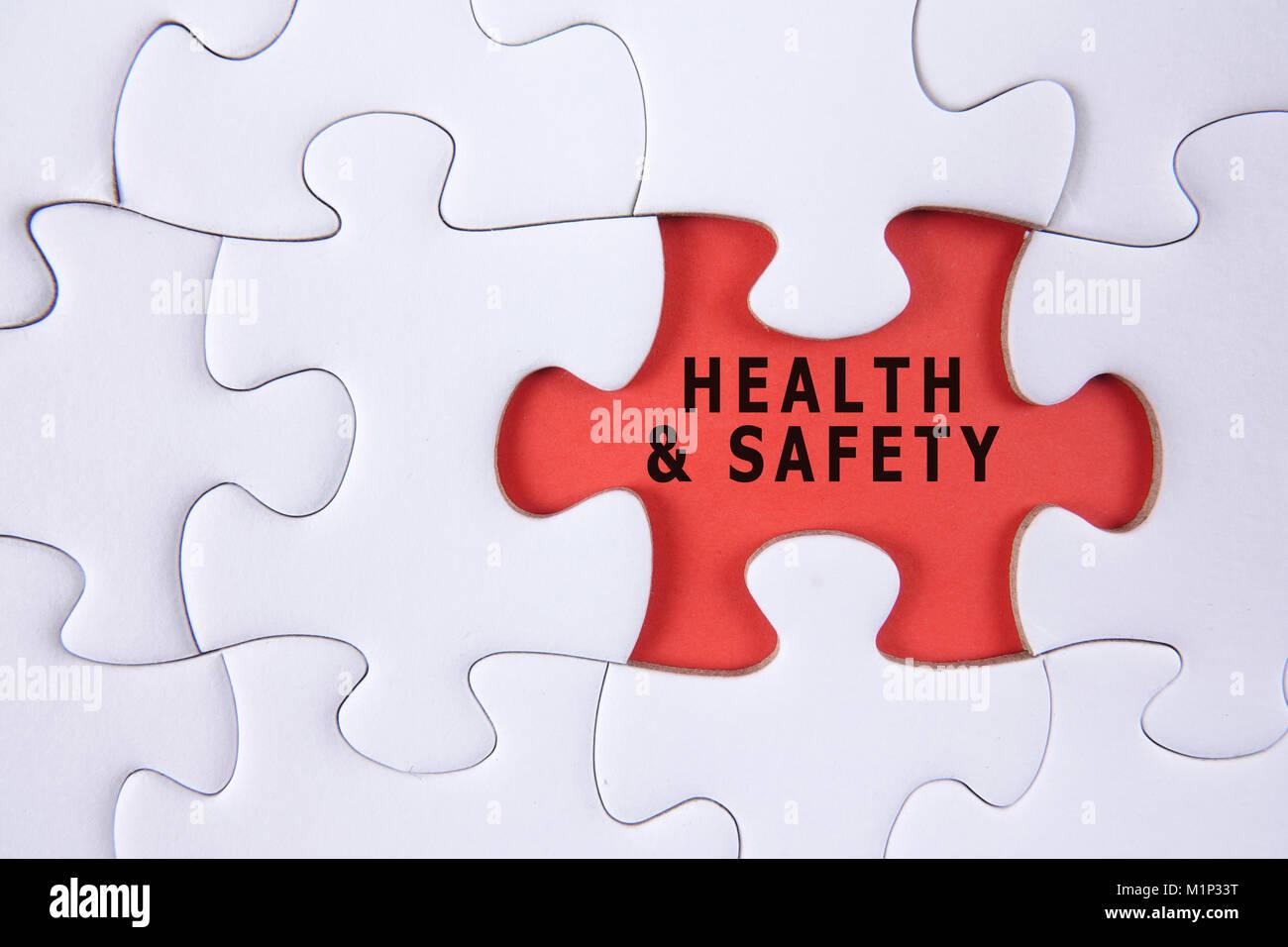 Concepto de salud y seguridad con white Jigsaw Puzzle Imagen De Stock