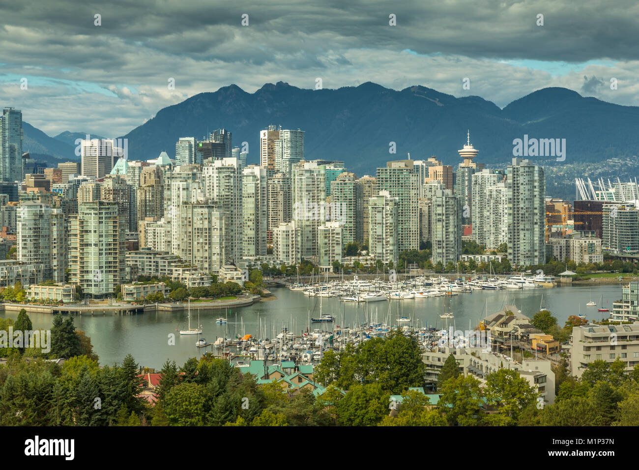 Vista de Vancouver skyline visto desde el barrio de Mount Pleasant, Vancouver, British Columbia, Canadá, América Imagen De Stock