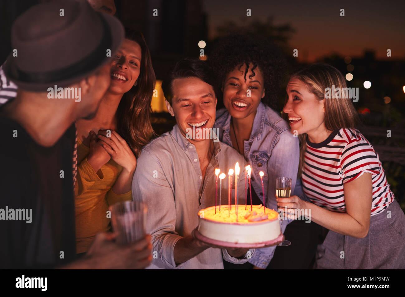 Los Adultos Jovenes Que Celebra Con Una Tarta De Cumpleanos En Un - Celebracion-cumpleaos-adultos
