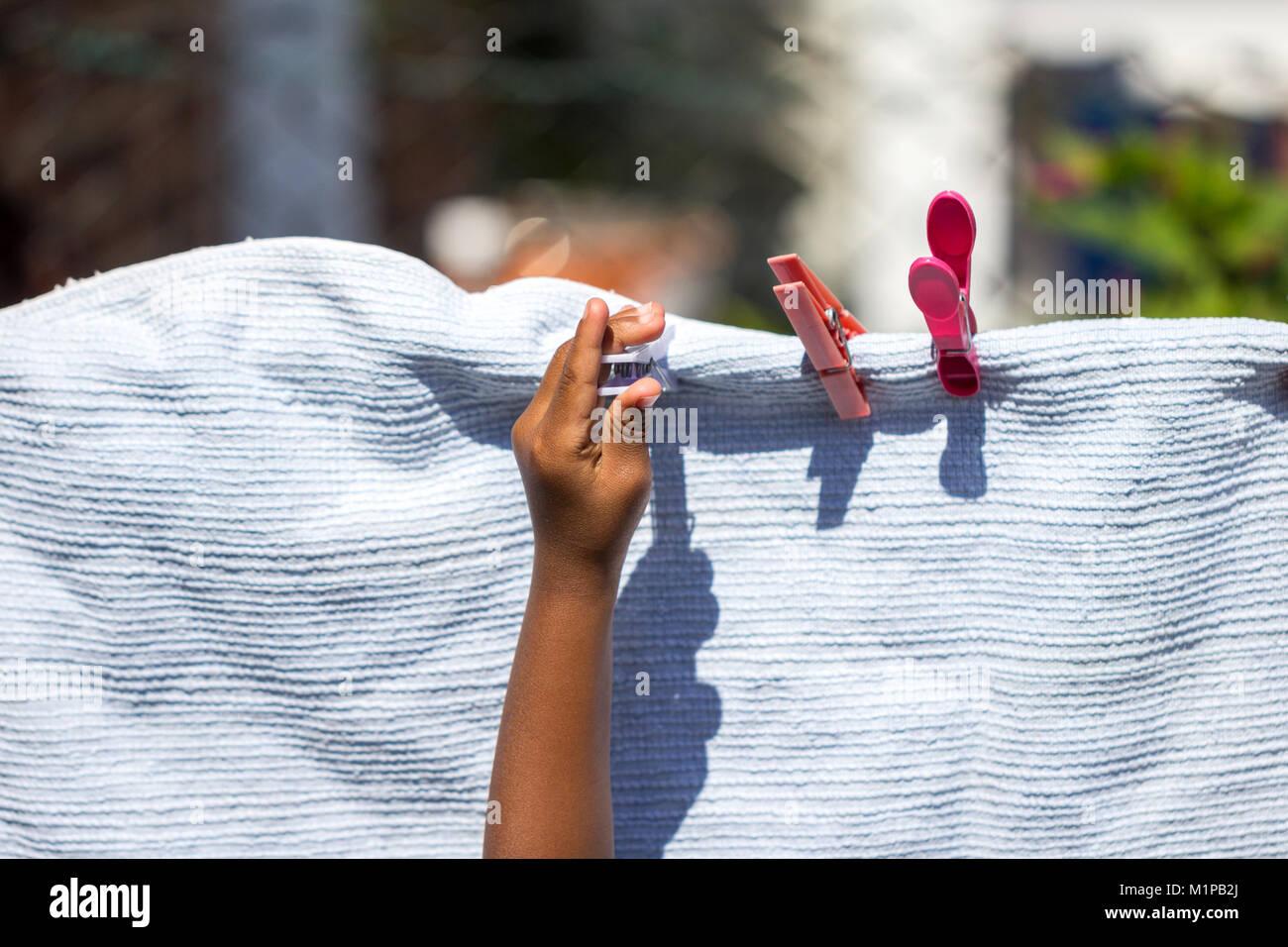 Una Nina Jugando Con Ropa Colgada Y Las Clavijas De Una Lavanderia