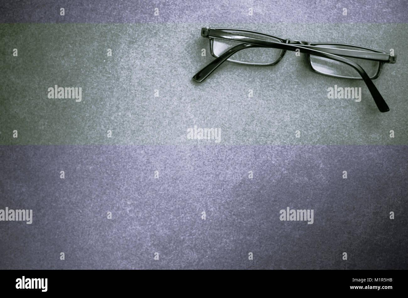 Cerrado los anteojos sobre una superficie de piedra oscura - vista superior Imagen De Stock