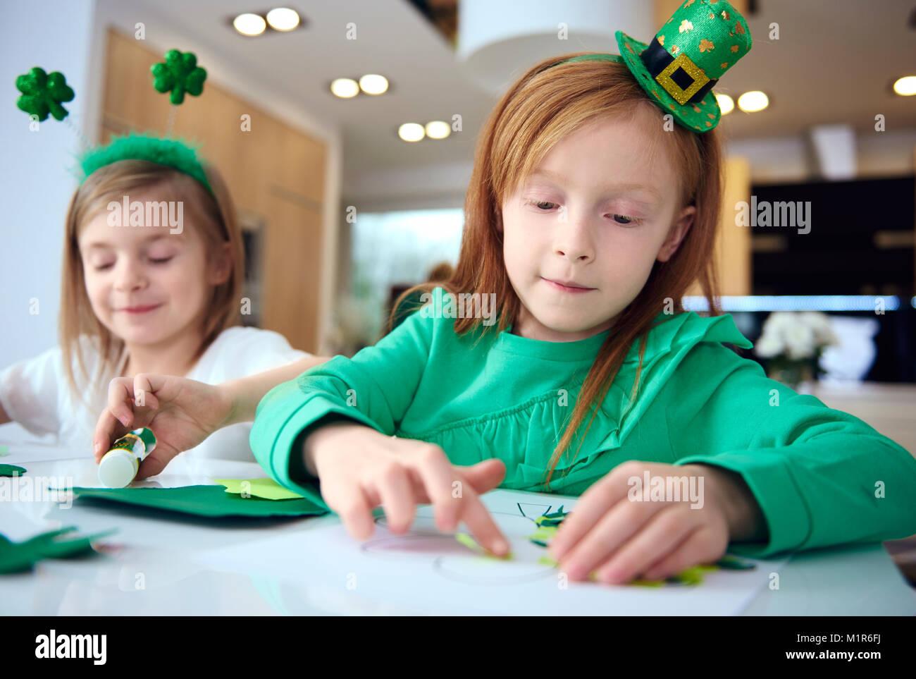 Retrato de hermanos haciendo ornamento en parte irlandesa Imagen De Stock