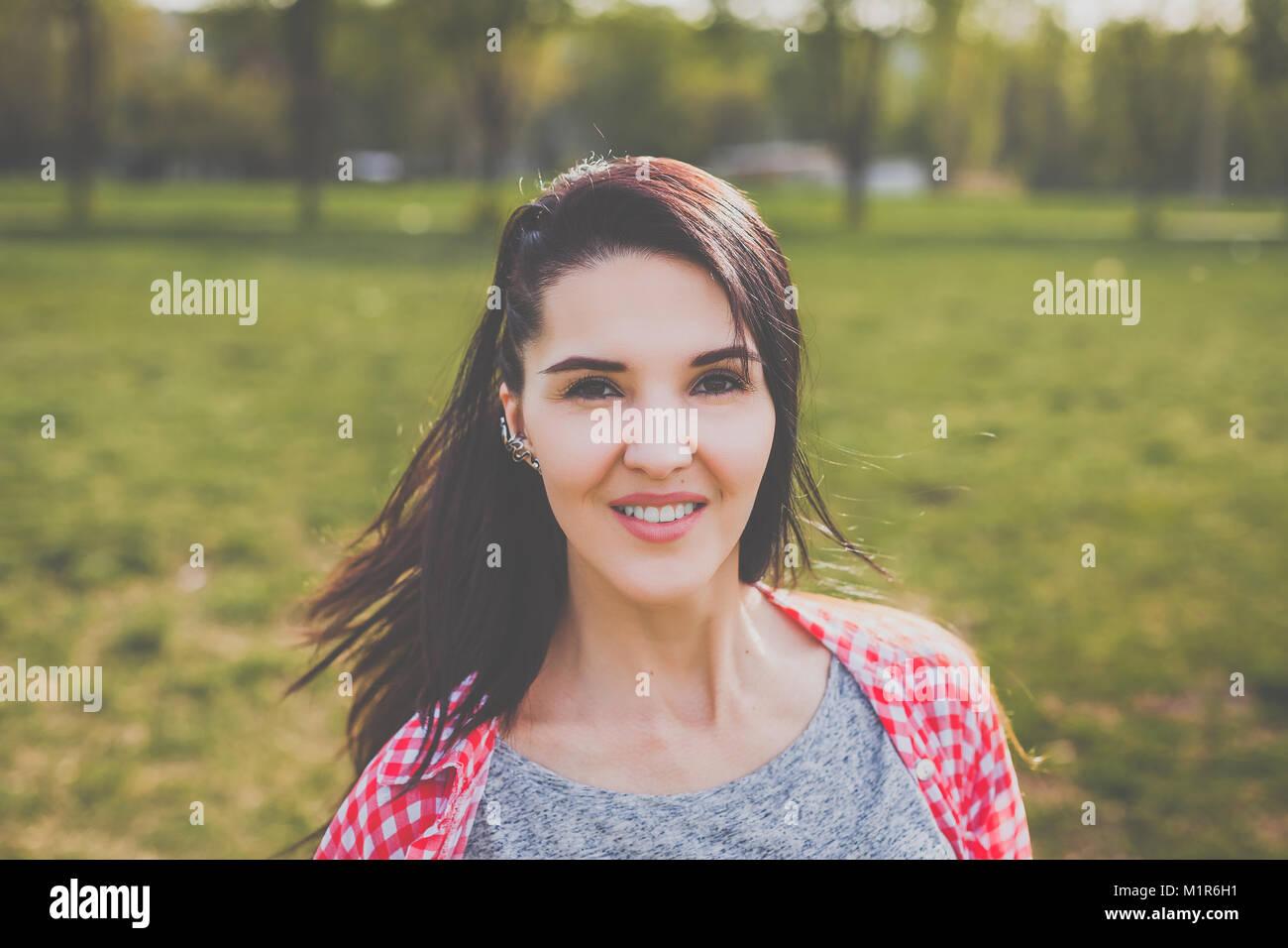 Hipster chica sonriente Foto de stock