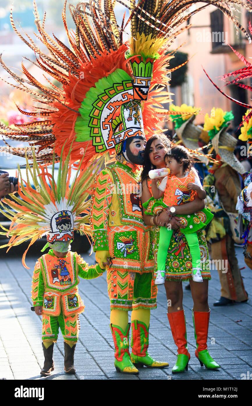 Una Familia Mexicana Vestidos Con Trajes Típicos Mexicanos