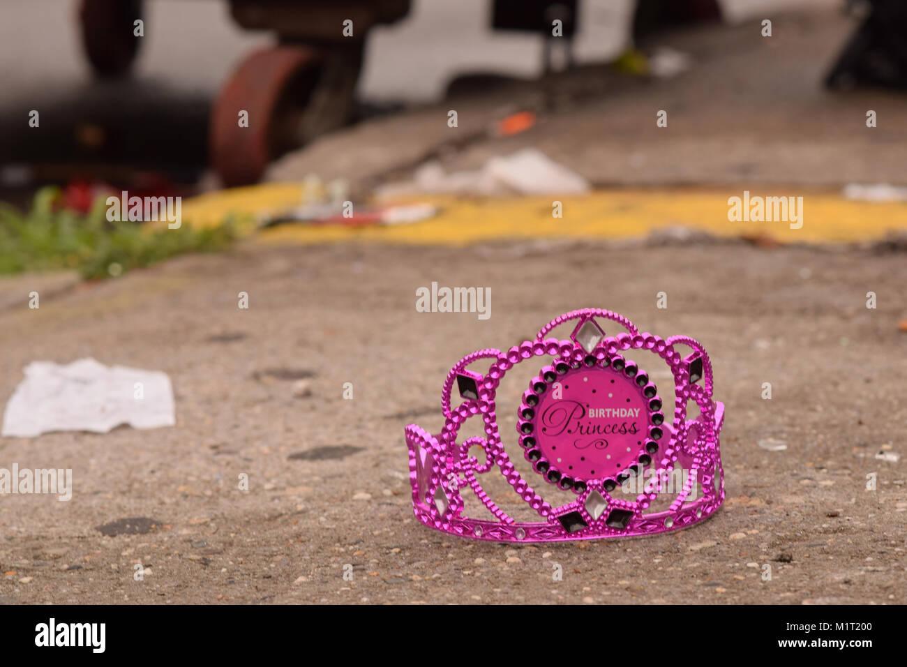 f58b6ad4eb54 Descarta Cumpleaños Princess Crown en una acera con el contenedor de basura  y borrosa en el
