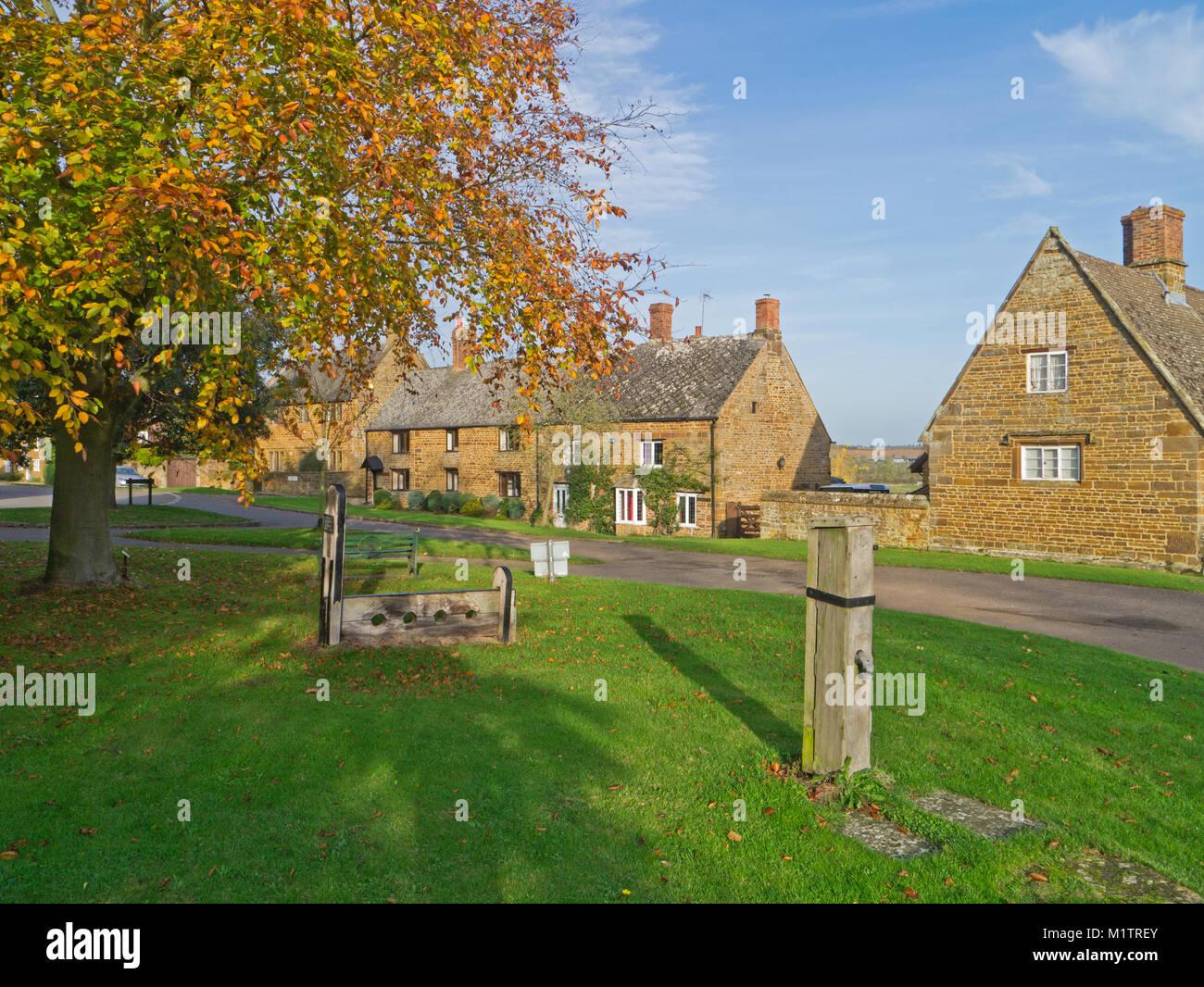 La bonita aldea verde en Eydon, Northamptonshire, Reino Unido; con ...
