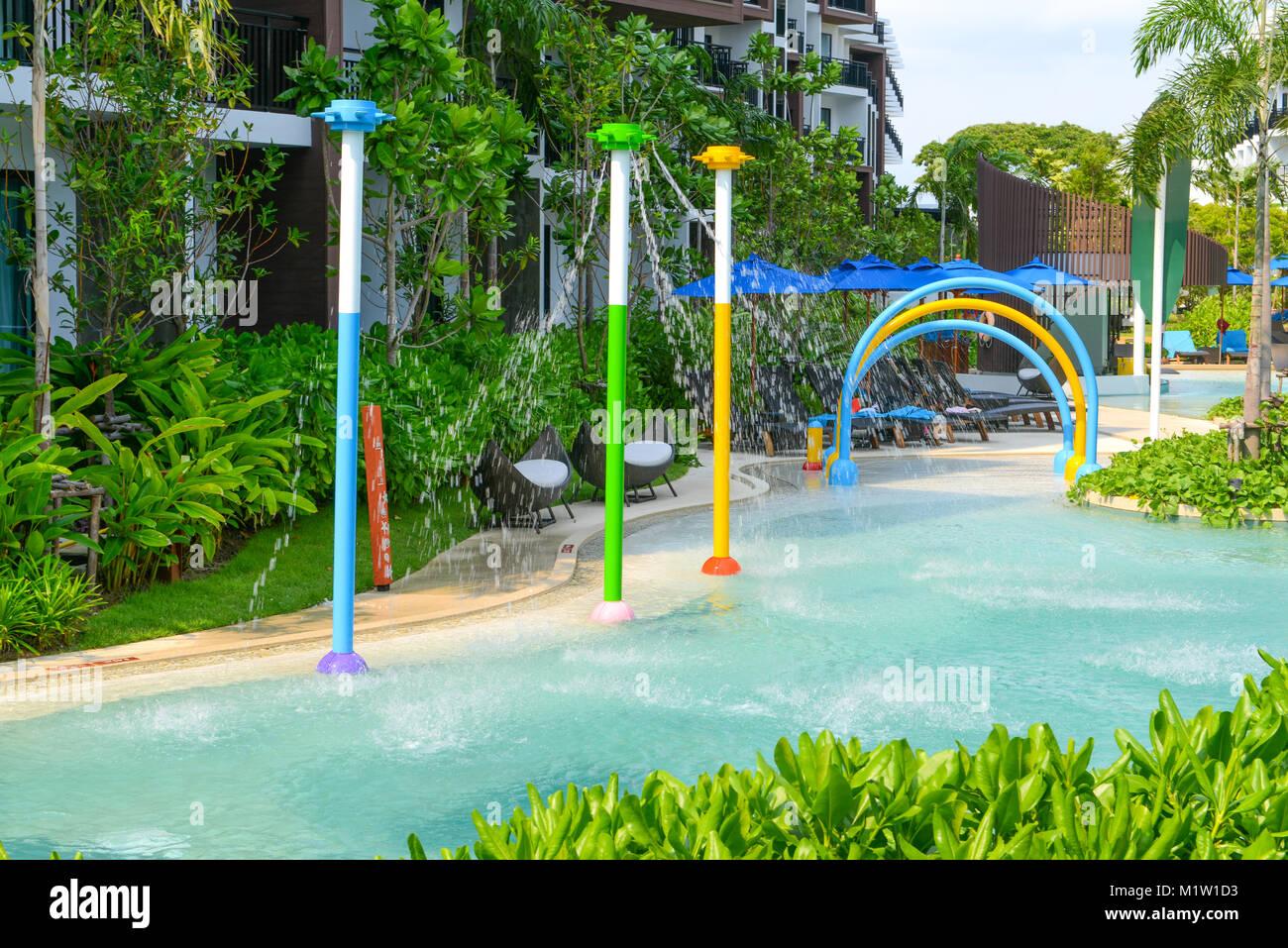 En Pattaya, Tailandia - Abril 20, 2016: Vista de la piscina y un ...