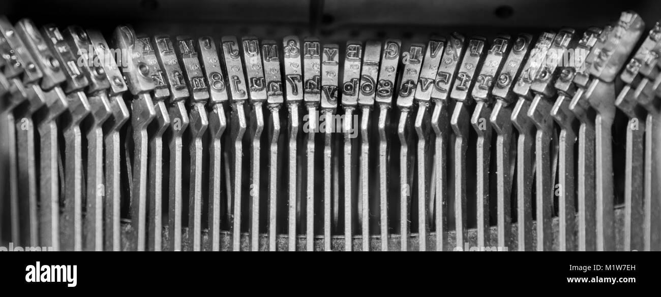Typebars en una máquina de escribir manual construido en la década de 1940. Foto de stock