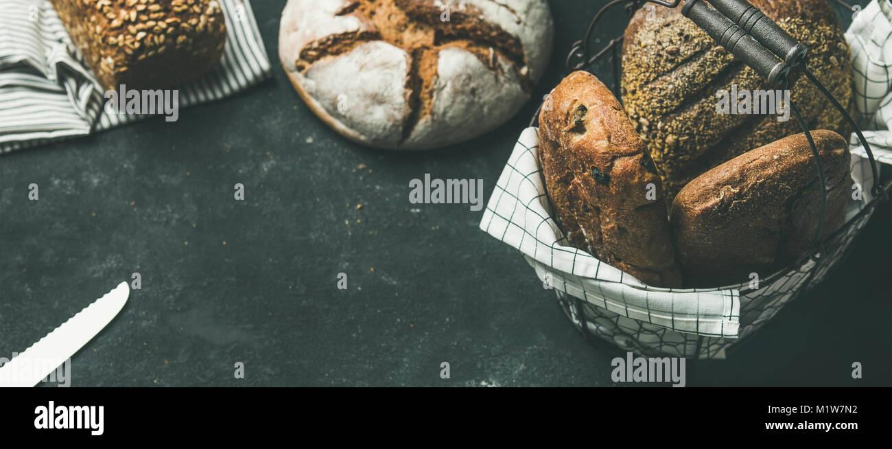 Varios panes Pan de hormigón gris de fondo, espacio de copia Imagen De Stock
