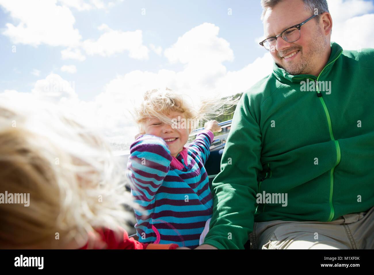 Padre con sus hijas en Bohuslan, Suecia Imagen De Stock