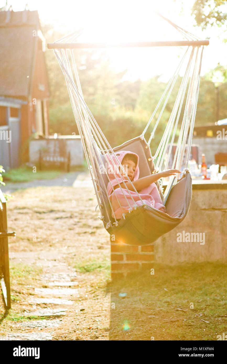 Chica en hamaca al atardecer en Friseboda, Suecia Imagen De Stock