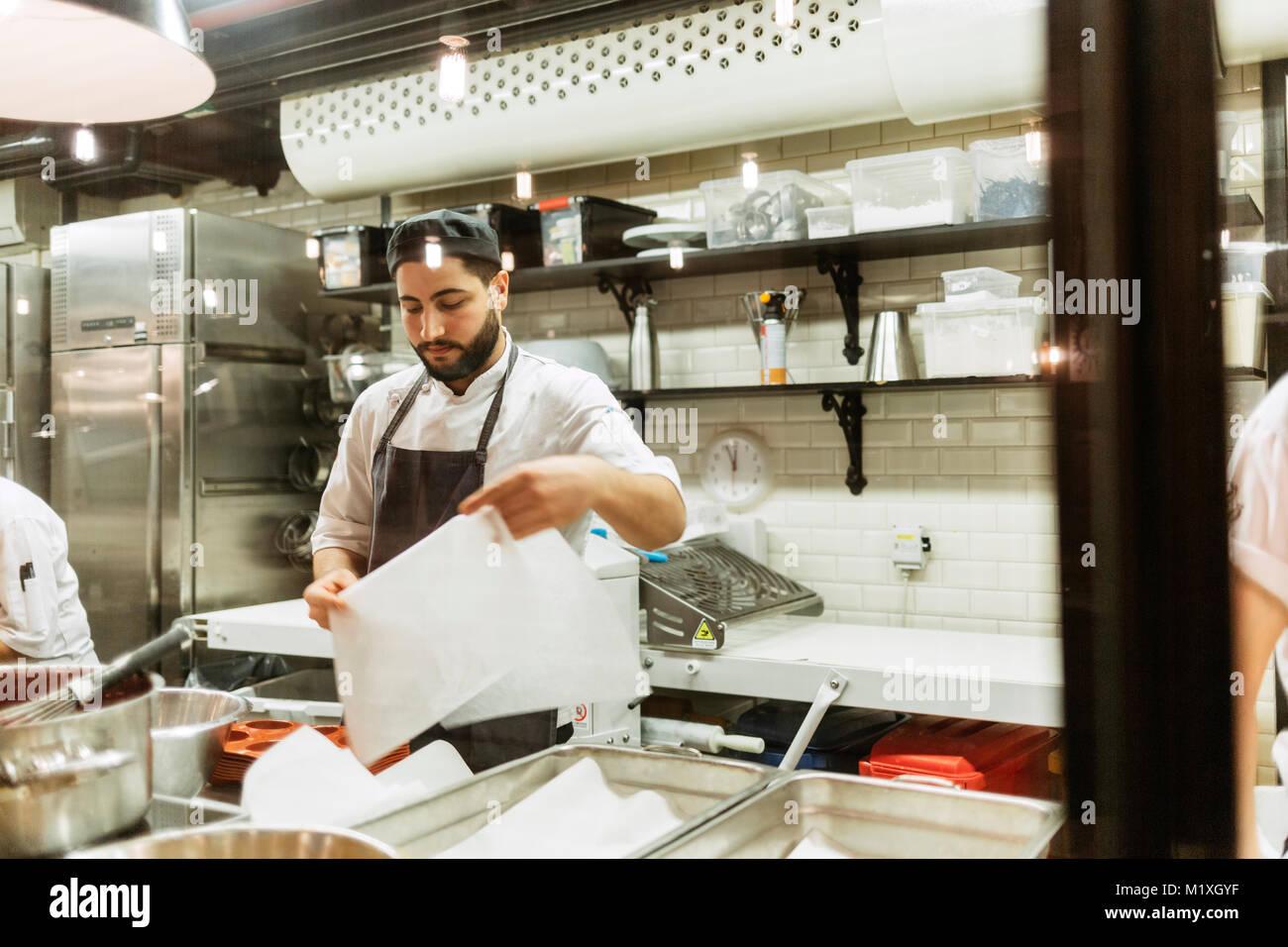 Chef en cocina Imagen De Stock