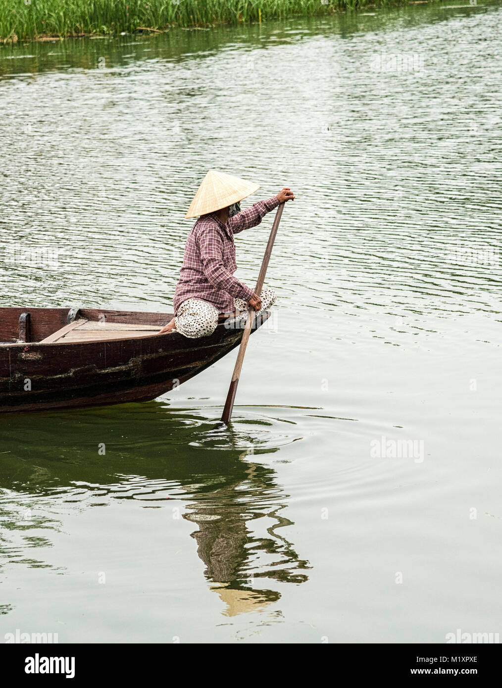 En vietnamita tradicional barco pequeño de cruzar el río en la ciudad  antigua de Hoi An fd03cc064a3