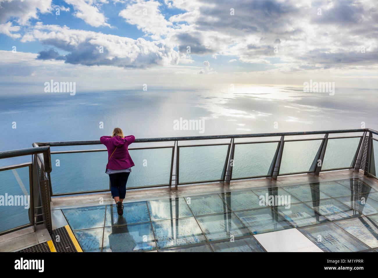 Cabo Girao Madeira Portugal Madeira turística sobre plataforma de visualización de cristal al Cabo Girao Imagen De Stock