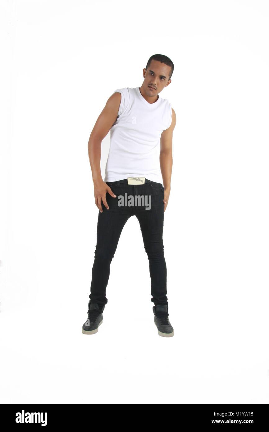 Un macho de raza mixta en blanco y negro vestido de manga corta mirando a un sujeto en un fondo aislado Imagen De Stock