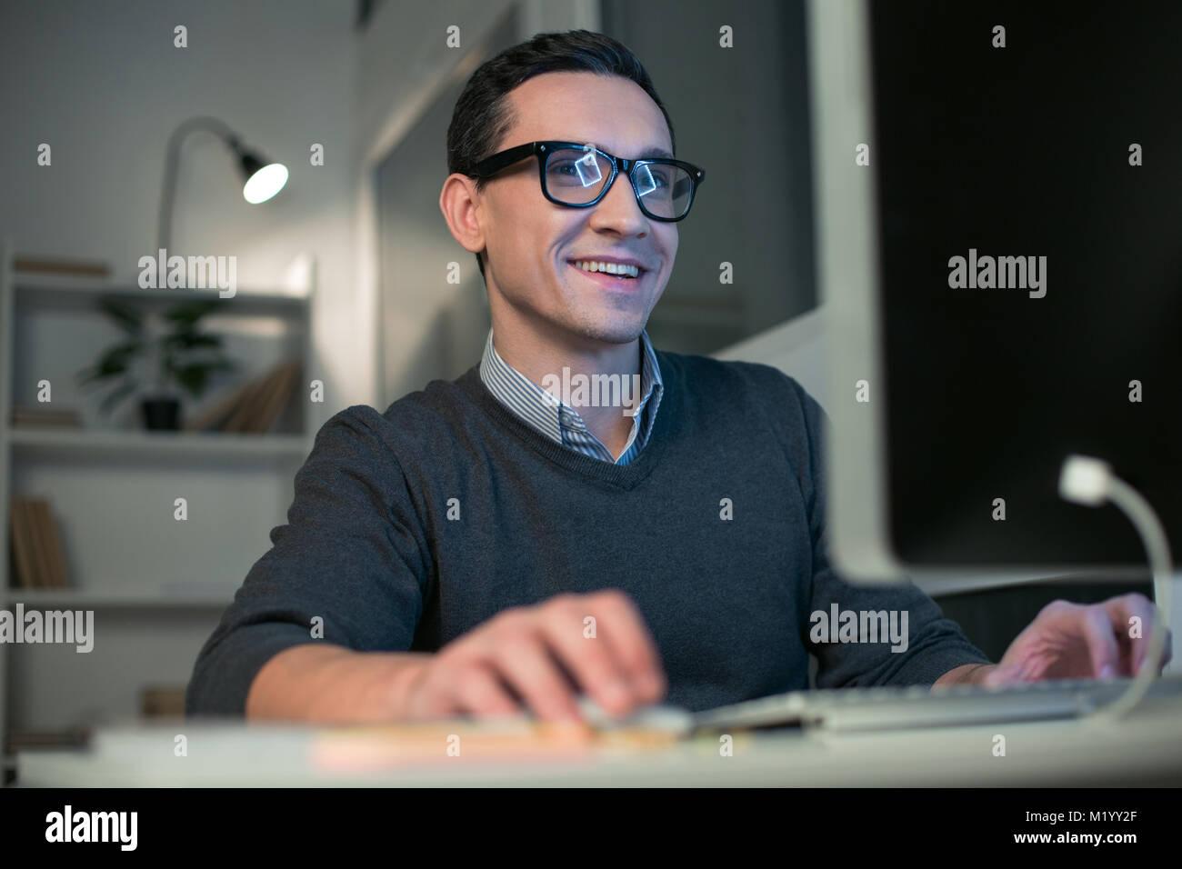 Programador macho atractivo la creación de software. Imagen De Stock