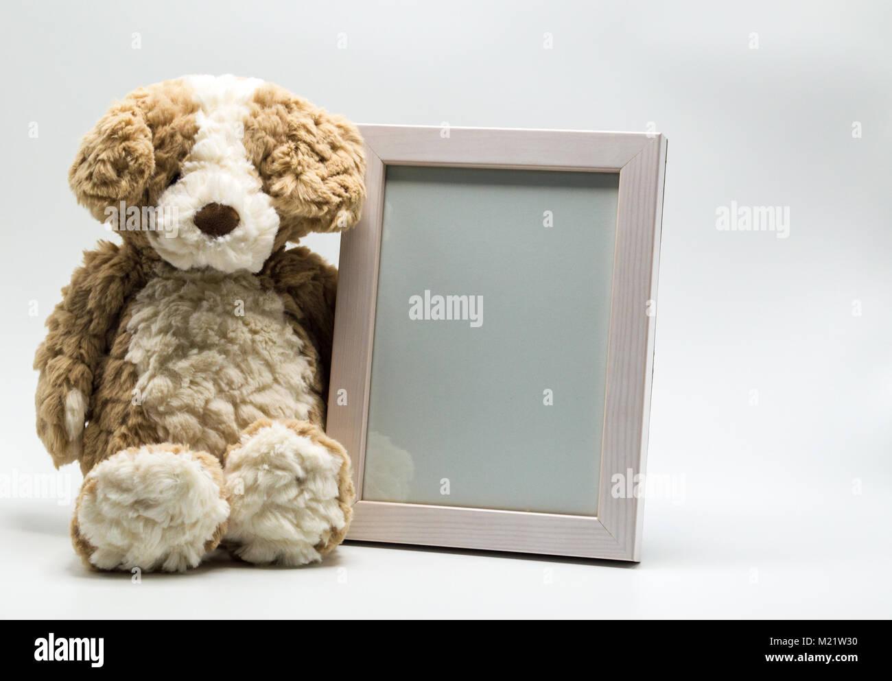 Adorable osito de peluche con marco de imagen vacío para ...