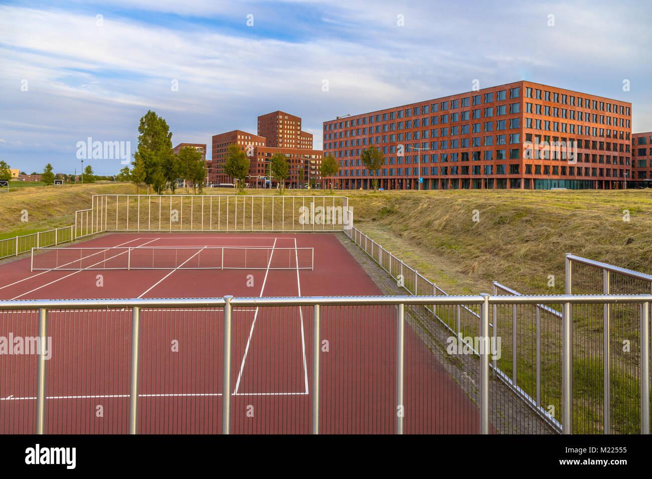 Instalación deportiva pública en parque cerca de las oficinas del distrito financiero en una zona suburbana Imagen De Stock
