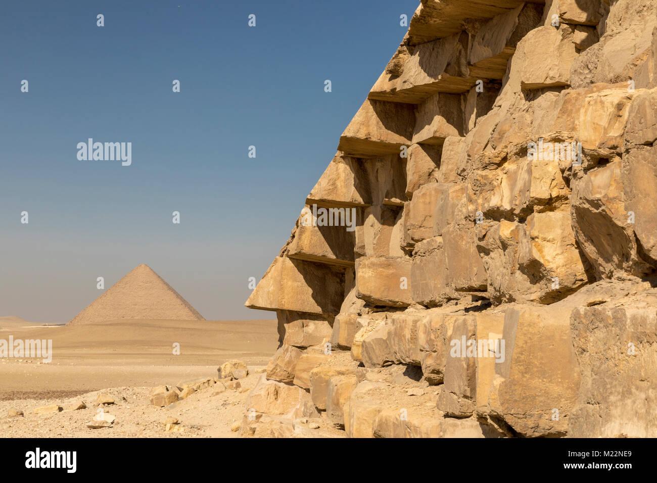 Pirámide roja de Reino Antiguo Faraón Sneferu visto desde cerca de su pirámide doblada Imagen De Stock