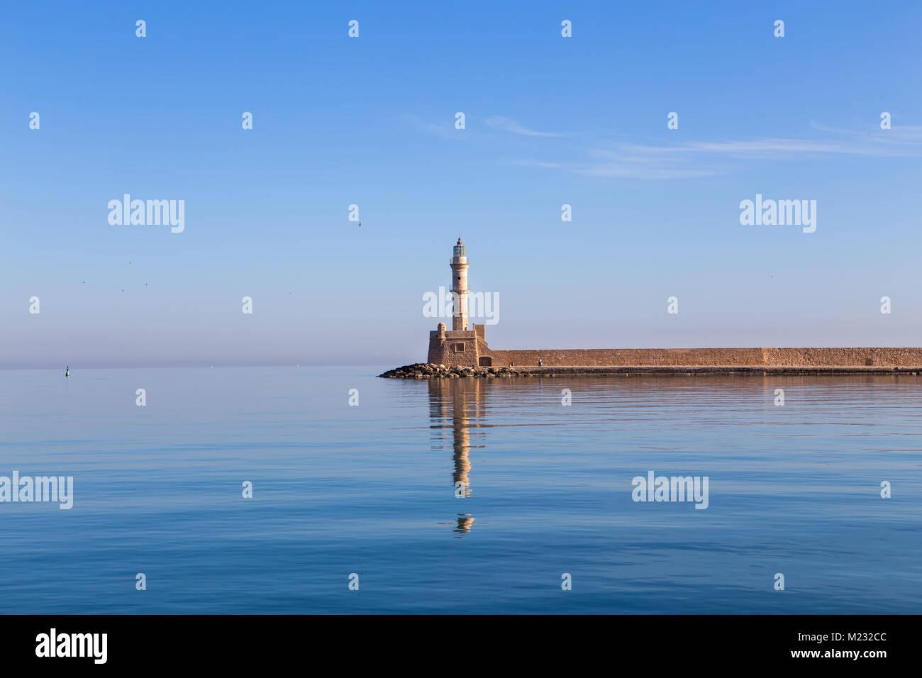Faro en el mar en el horizonte. El mar está en calma, el cielo sin nubes Imagen De Stock
