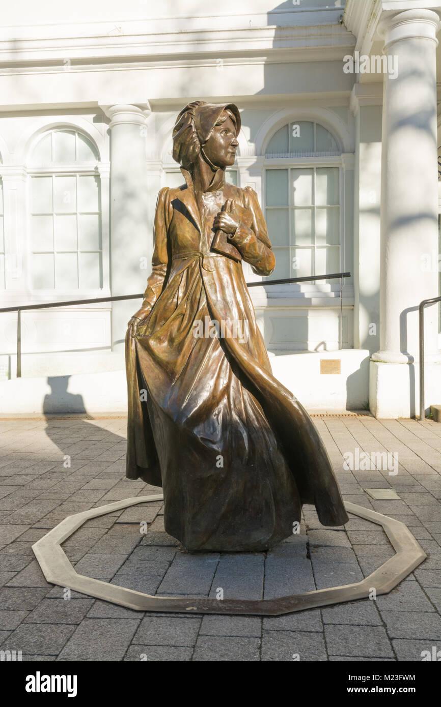 Una escultura de bronce de Jane Austen fuera del ayuntamiento de la ciudad vieja, que ahora alberga el museo Willis, Imagen De Stock