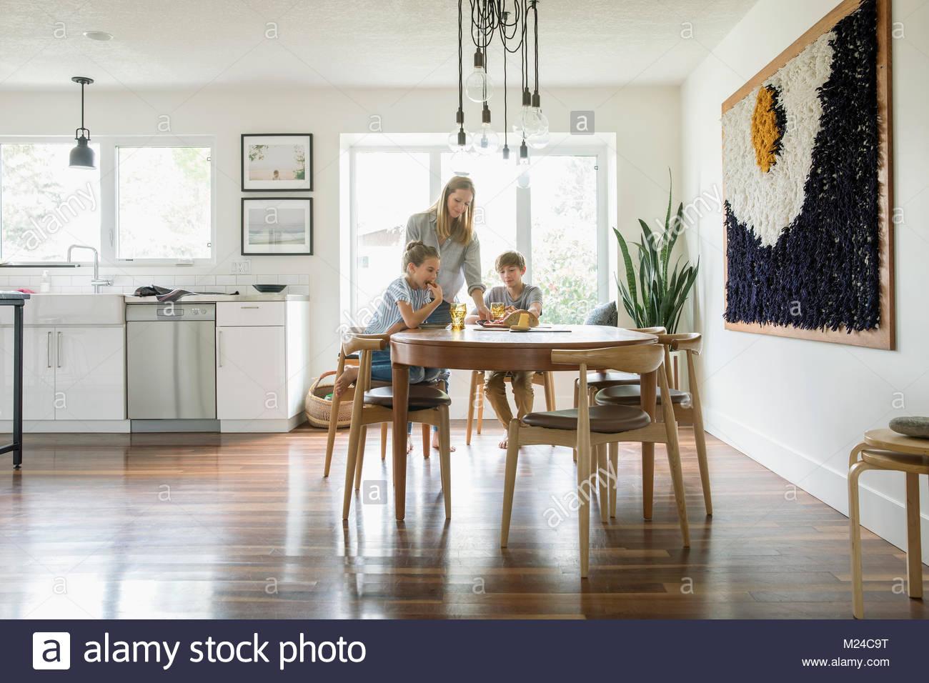 Familia comiendo en la mesa de la cocina Imagen De Stock