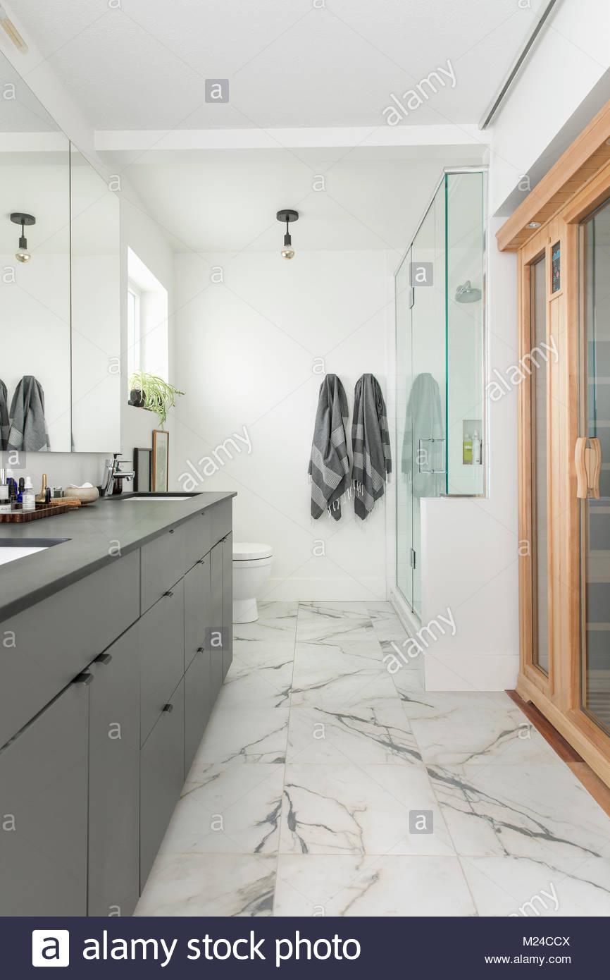 Escaparate del hogar moderno cuarto de baño con suelo de ...