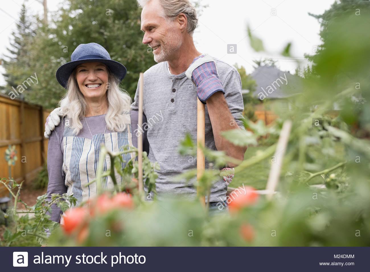 Sonriente pareja senior de jardinería Imagen De Stock