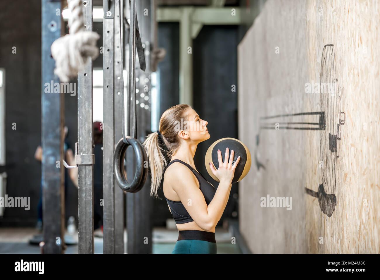 Mujer con bola de entrenamiento en el gimnasio. Imagen De Stock