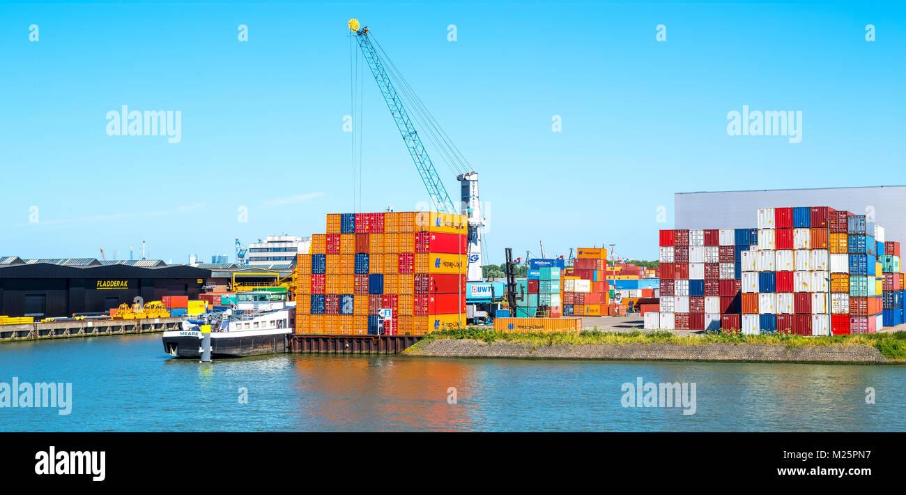 Países Bajos, Rotterdam, multicolor y el equipo de manipulación de contenedores en el principal puerto Imagen De Stock
