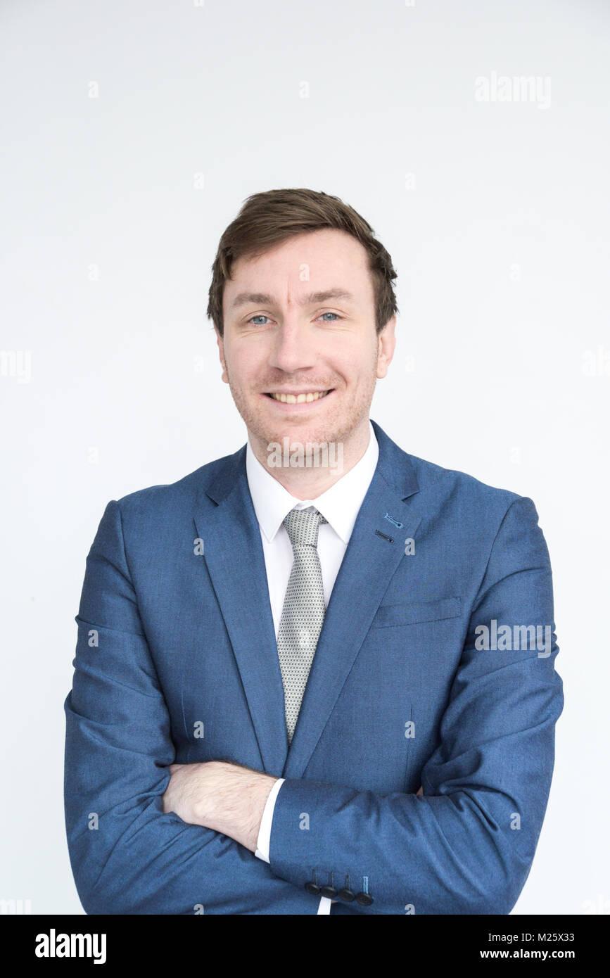 Retrato de un hombre bien vestido sonriendo mirando a la cámara.aislado sobre fondo blanco. Imagen De Stock