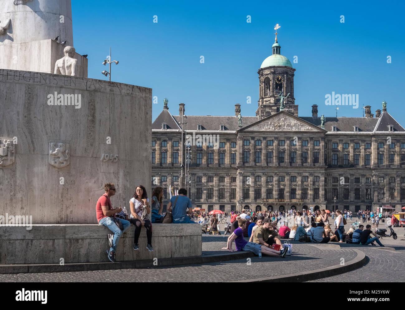 Las atracciones turísticas populares de Palacio Real y el Monumento Nacional, la Plaza Dam, en el centro de Imagen De Stock