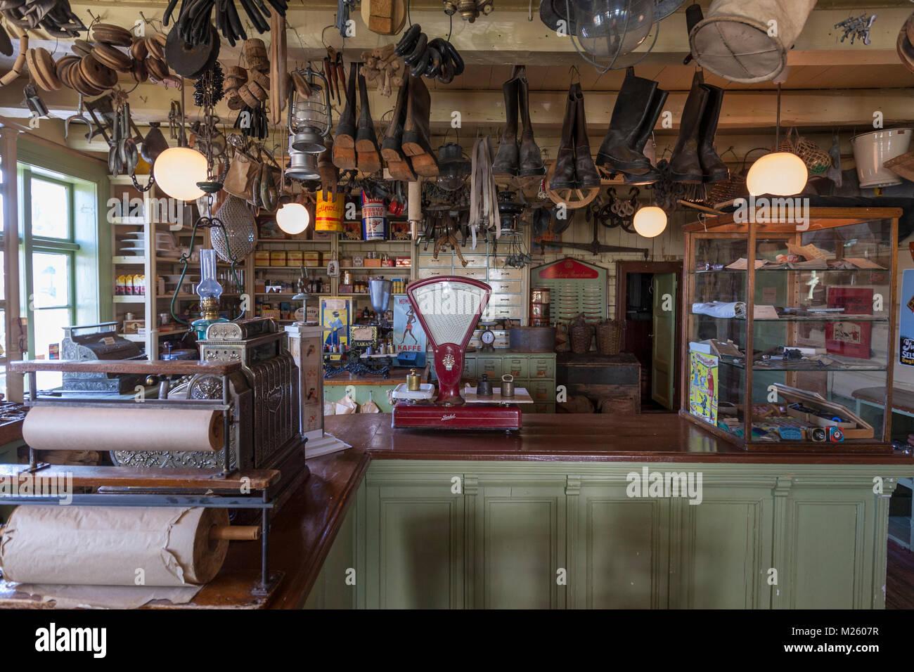 Tienda Multi tienda con ambiente vintage en Svolvaer, isla de Austvågøya, archipiélago de Lofoten. Imagen De Stock