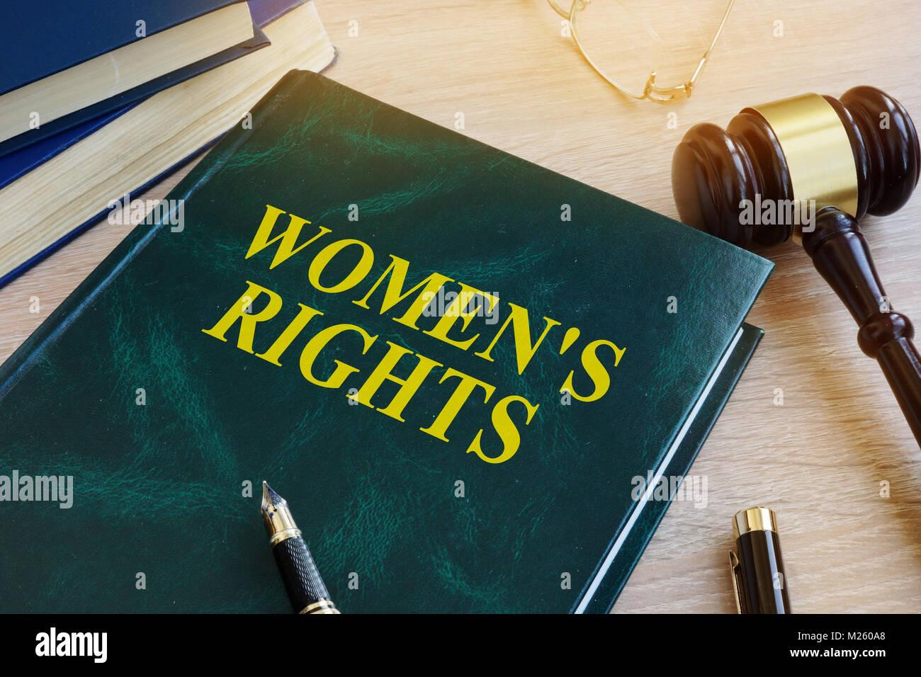 Libro con el nombre de los derechos de la mujer en un tribunal. El concepto de igualdad de género. Imagen De Stock