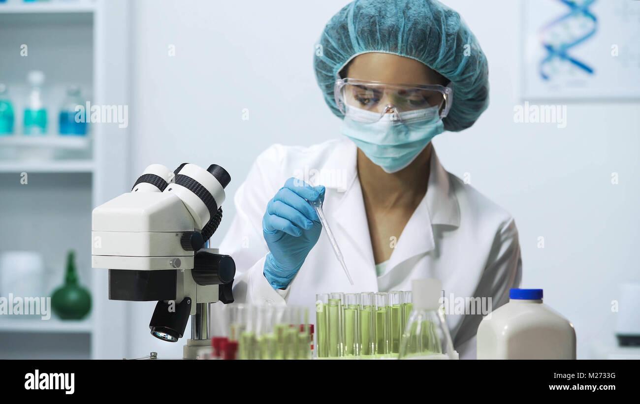 Trabajador de laboratorio recoger material biológico, investigación bioquímica Imagen De Stock