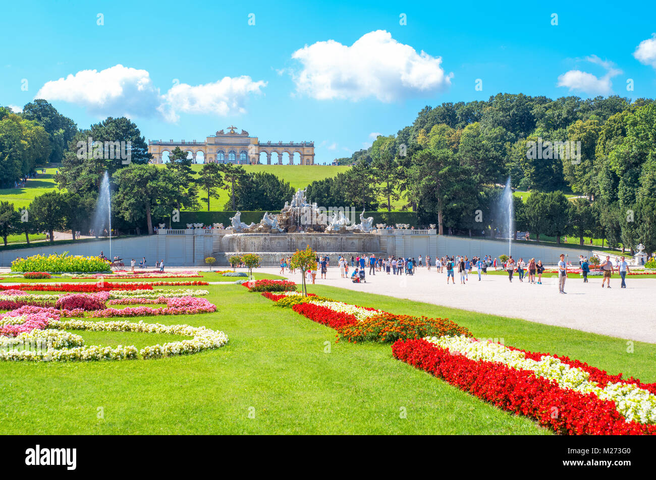 Austria, Viena, ,el palacio de Schonbrunn Gloriette pavilion visto desde el jardín Imagen De Stock
