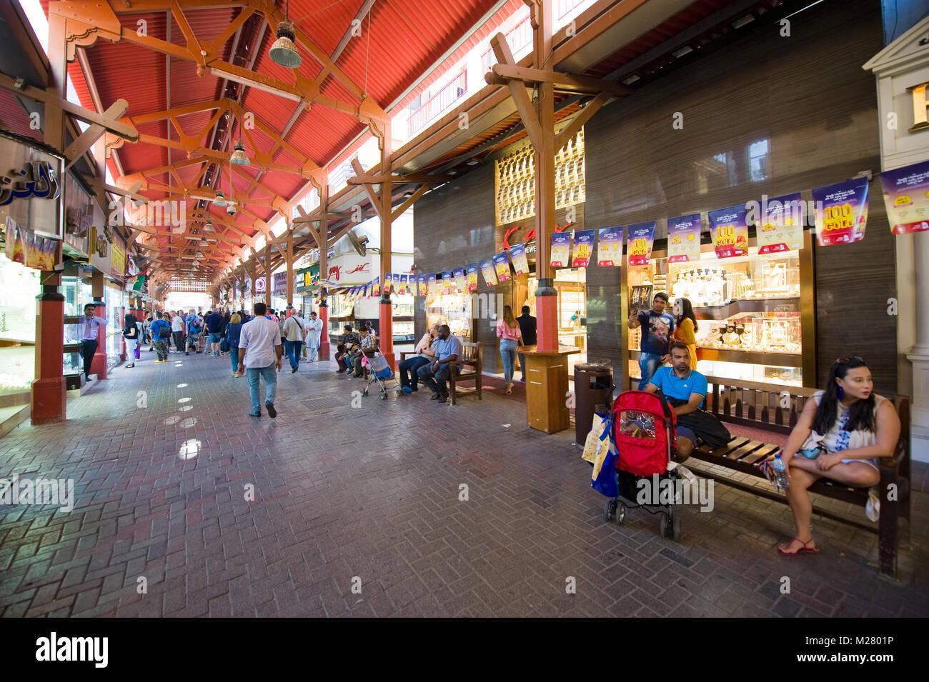 DUBAI, EMIRATOS ÁRABES UNIDOS - Jan 02, 2018: la ciudad de oro es un bazar en Dubai con un montón de tiendas Imagen De Stock