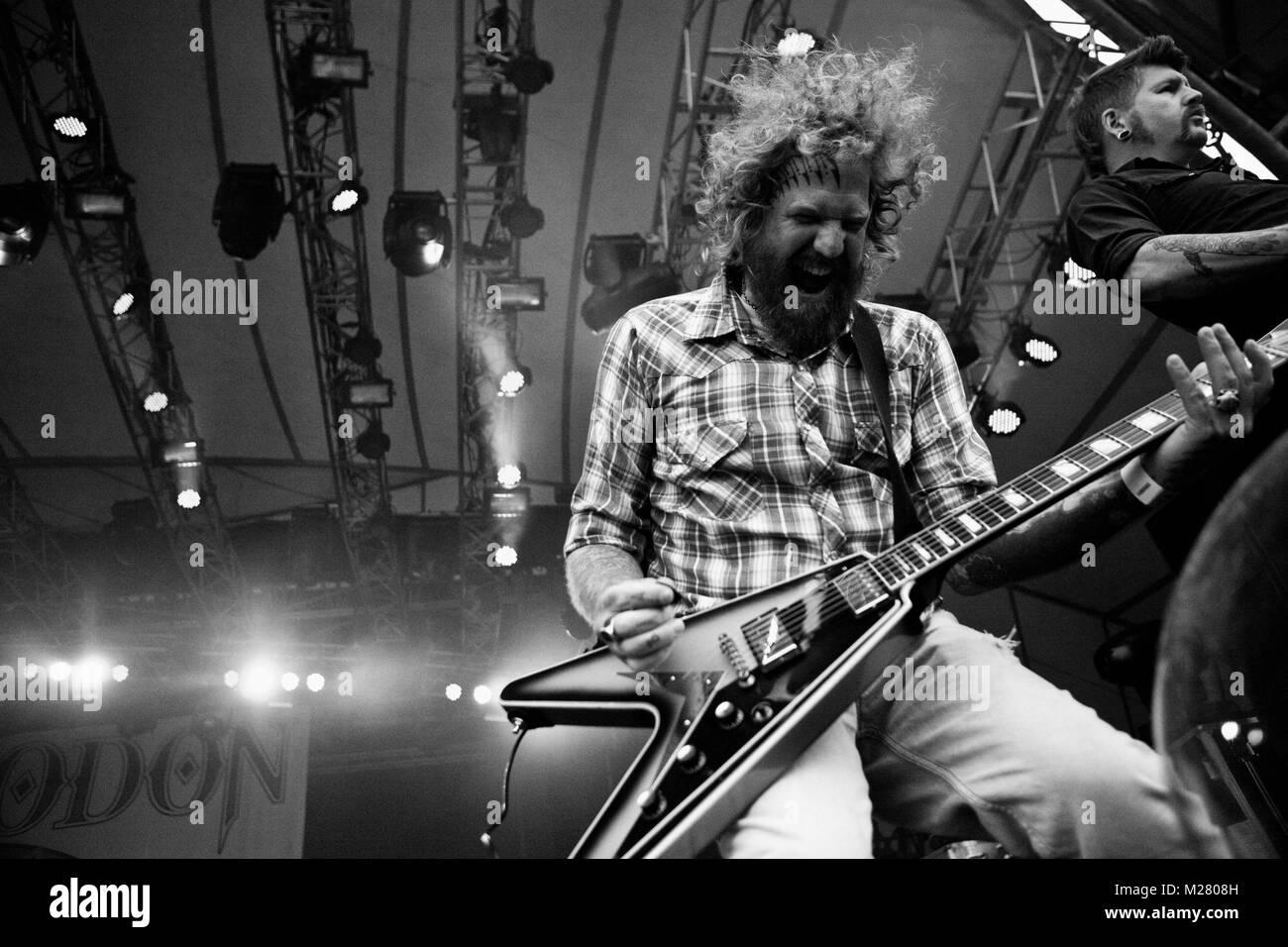 La banda de metal americano mastodonte realiza un concierto en vivo en el escenario naranja en Roskilde Festival Foto de stock