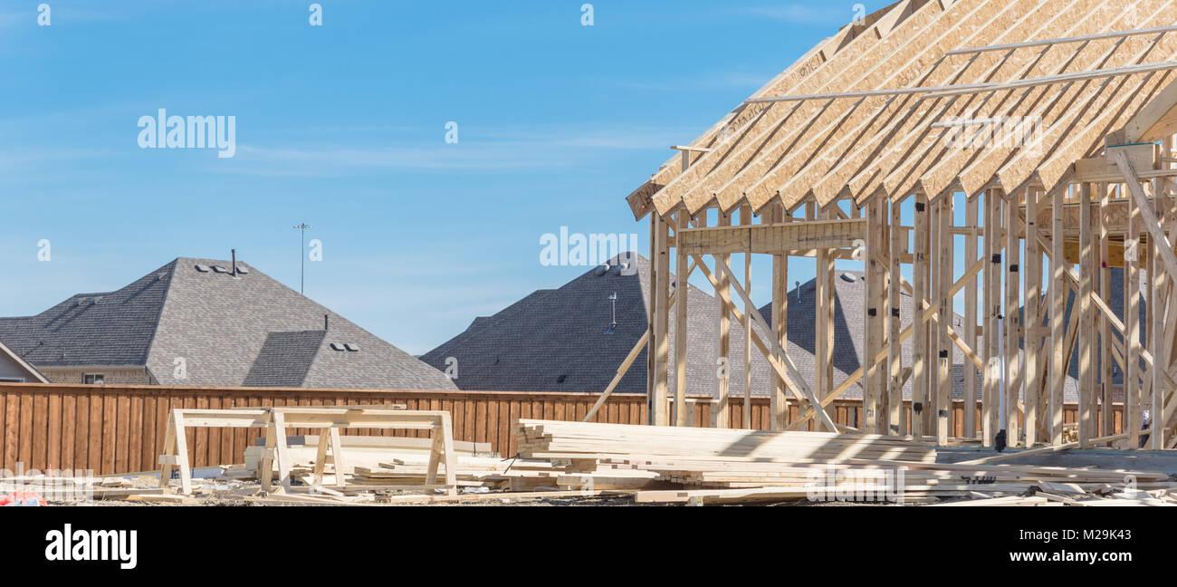 Marco de madera en la cima de la montaña casa en construcción cerca ...