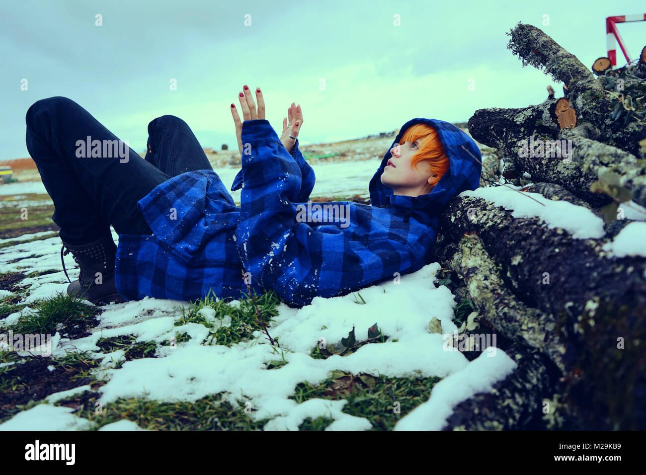 Adolescente, en un día frío y nevoso Imagen De Stock