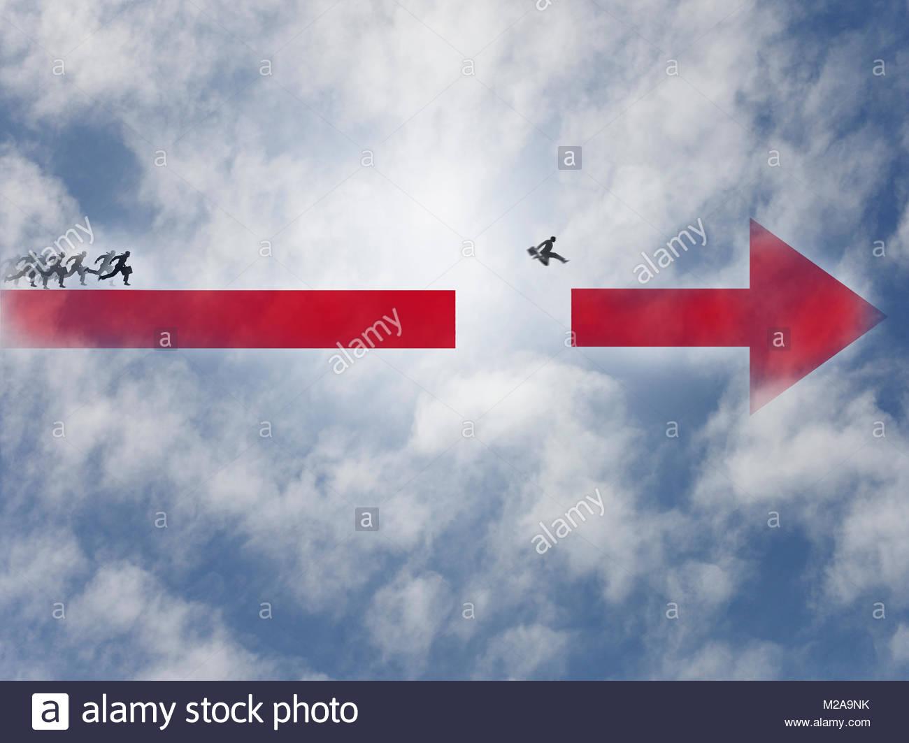 Empresario ganando la carrera saltando a través de la brecha en la flecha Imagen De Stock