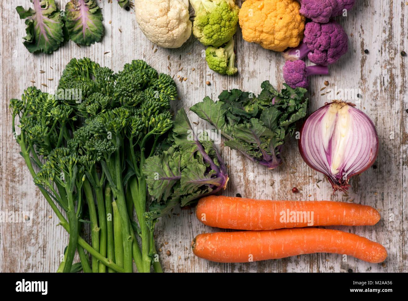 Un alto ángulo de disparo de diferentes verduras crudas, tales como la coliflor de distintos colores, broccolini, Imagen De Stock