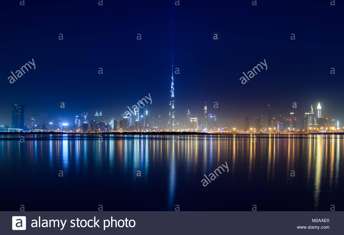 Vista del horizonte de Dubai y Burj Khalifa de Dubai Creek Harbour. Foto de stock