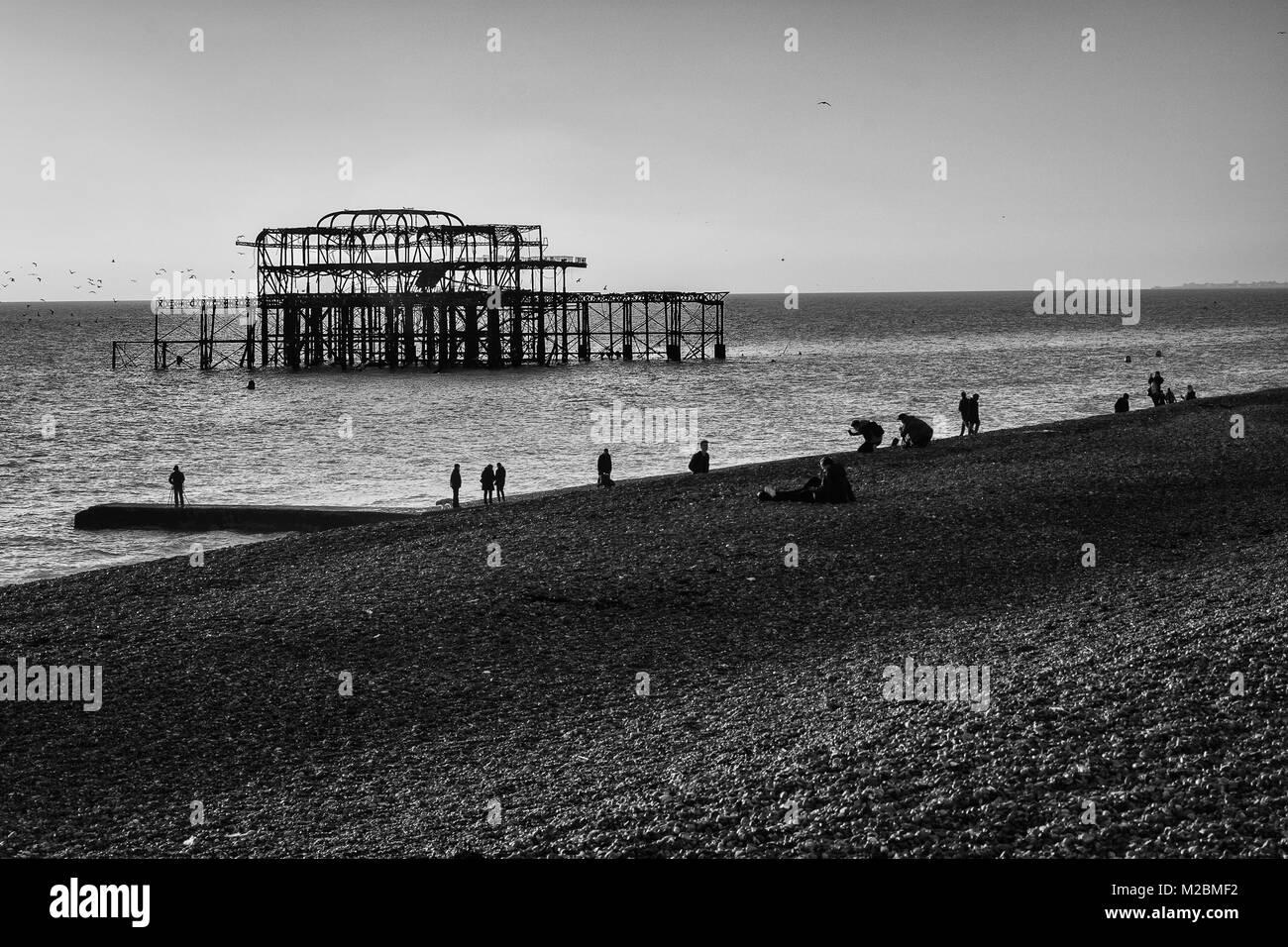 El viejo Brighton Pier, que ahora es sólo una cáscara. Rodado en invierno en blanco y negro Imagen De Stock