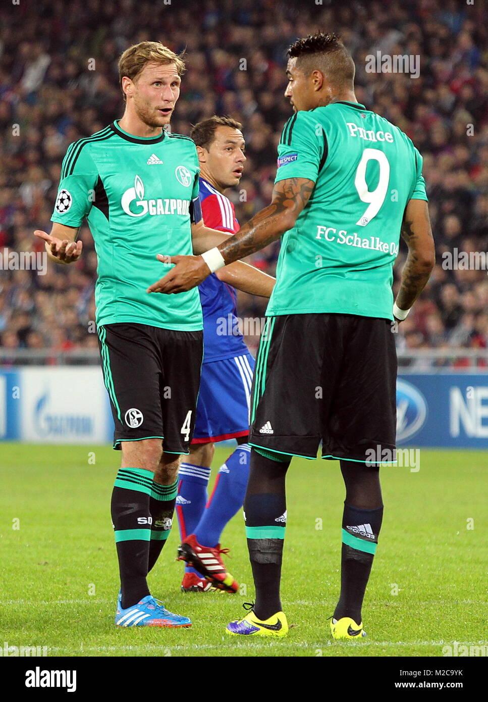 Gesprächsbedarf: Benedikt Höwedes (enlaces) mit Prince Boateng - Fussball-Champions-Liga: 2. Spieltag, FC Basel vs. FC Schalke 04 Foto de stock