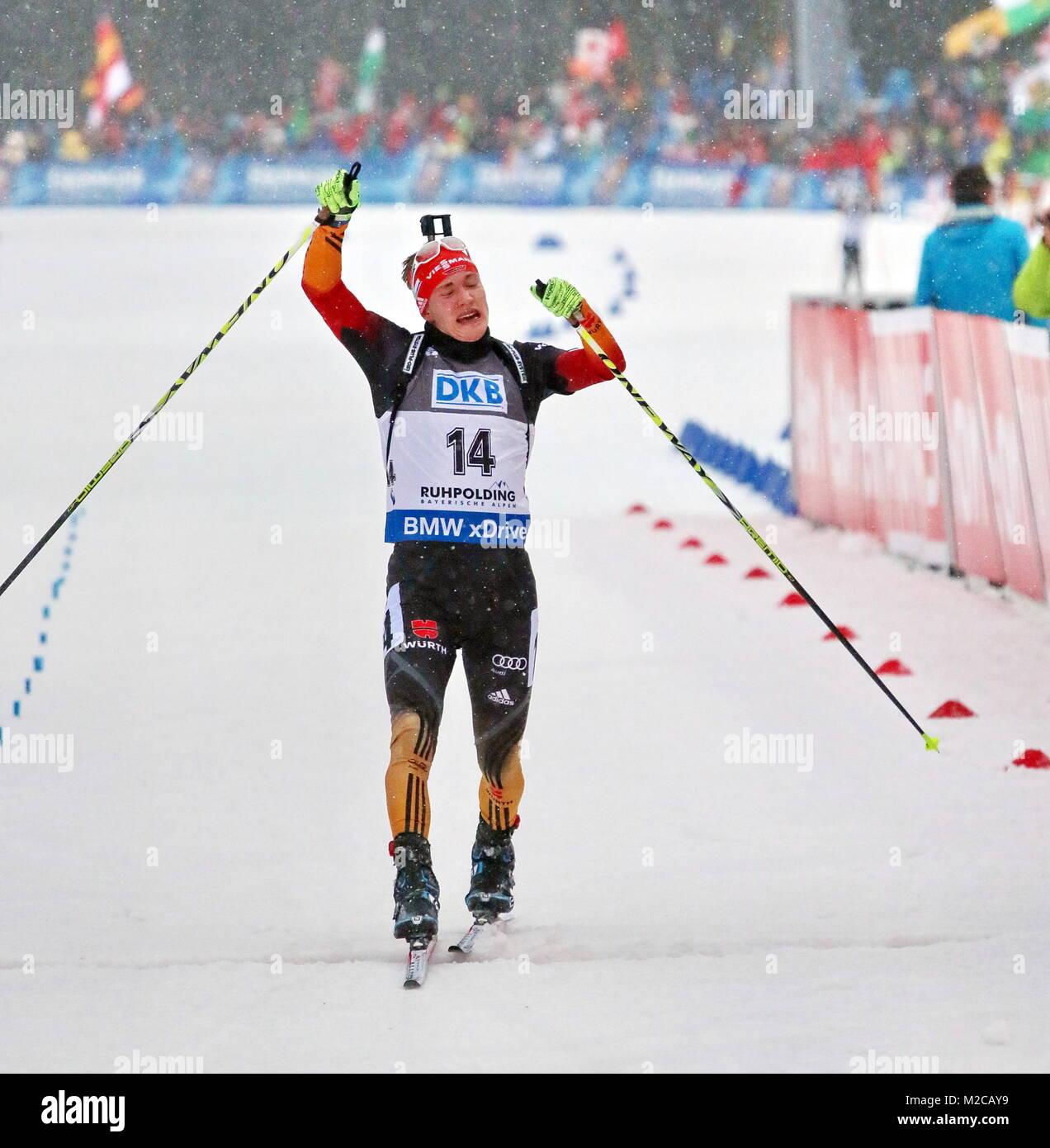 Mit kleinem Ausfallschritt verbissenem Gesicht und auf Rang sechs: Benedikt Doll beim IBU Weltcup Biathlon Sprint en Ruhpolding Foto de stock