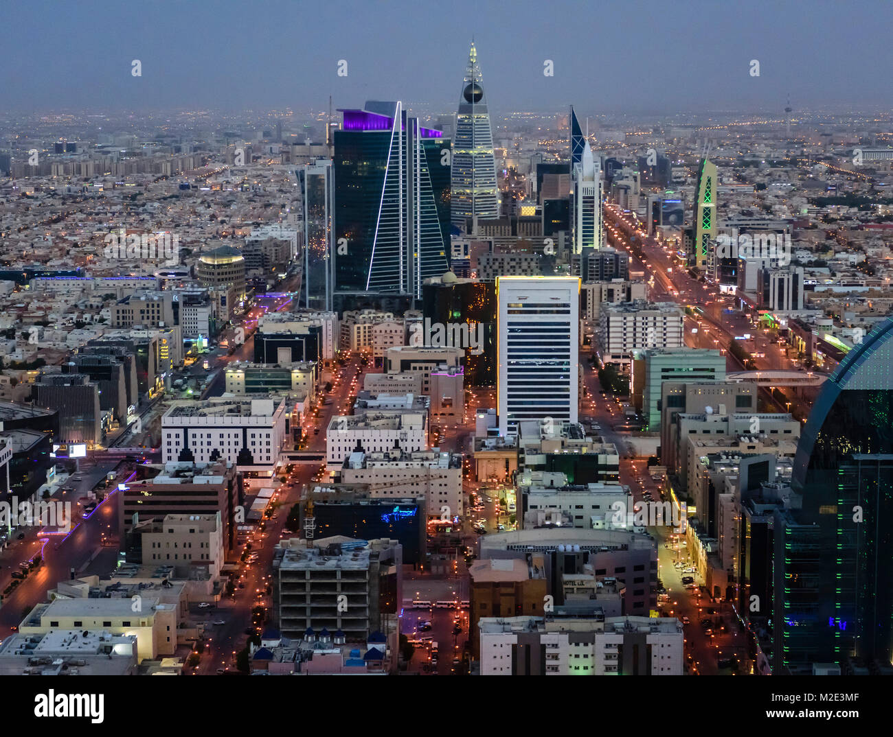 """""""Vista aérea de la ciudad por la noche en Riad, Arabia Saudita' Imagen De Stock"""
