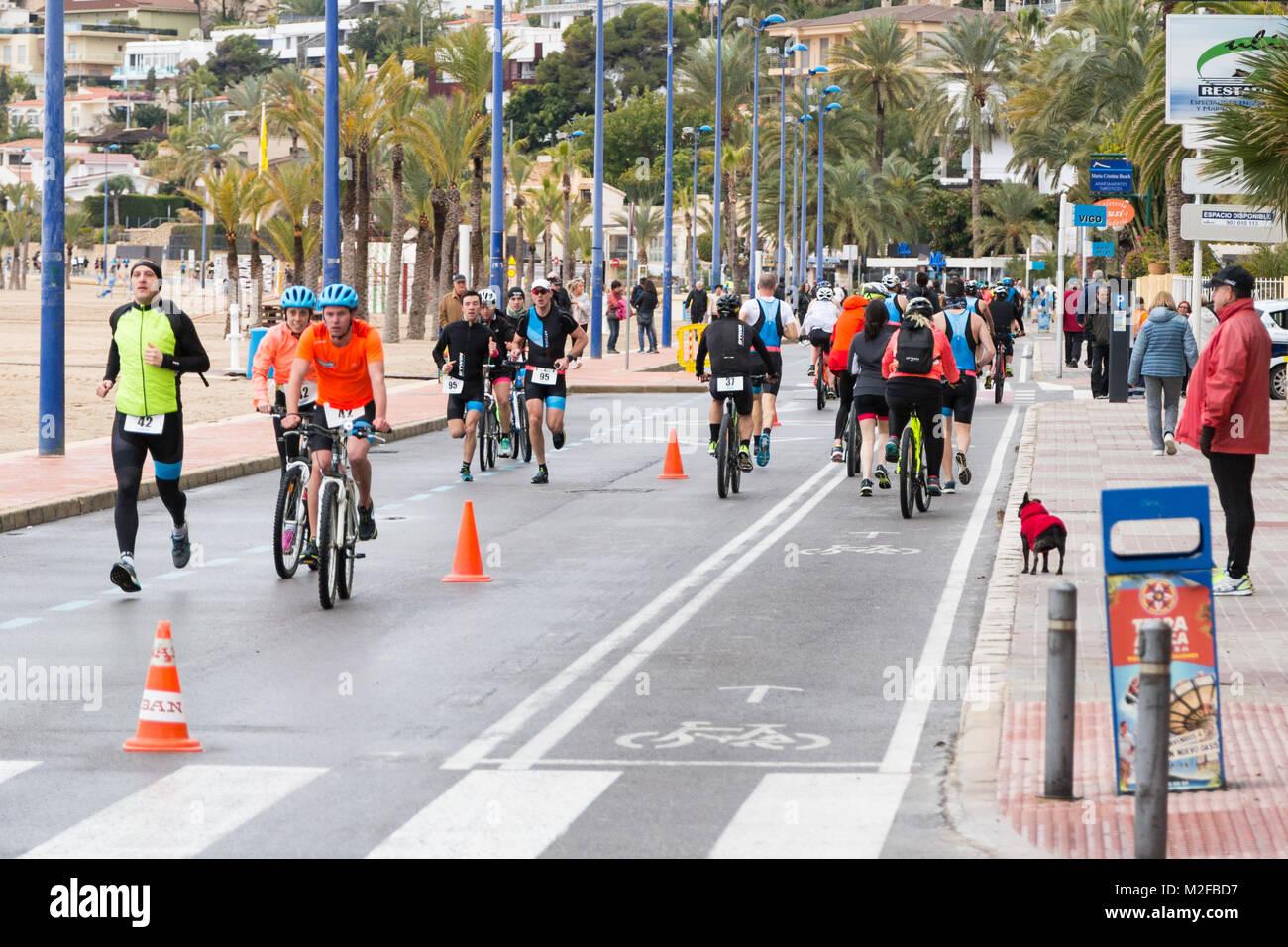 f5d84e59f9e Tienda de deportes Decathlon host francés un triatlón en la Playa de  Poniente