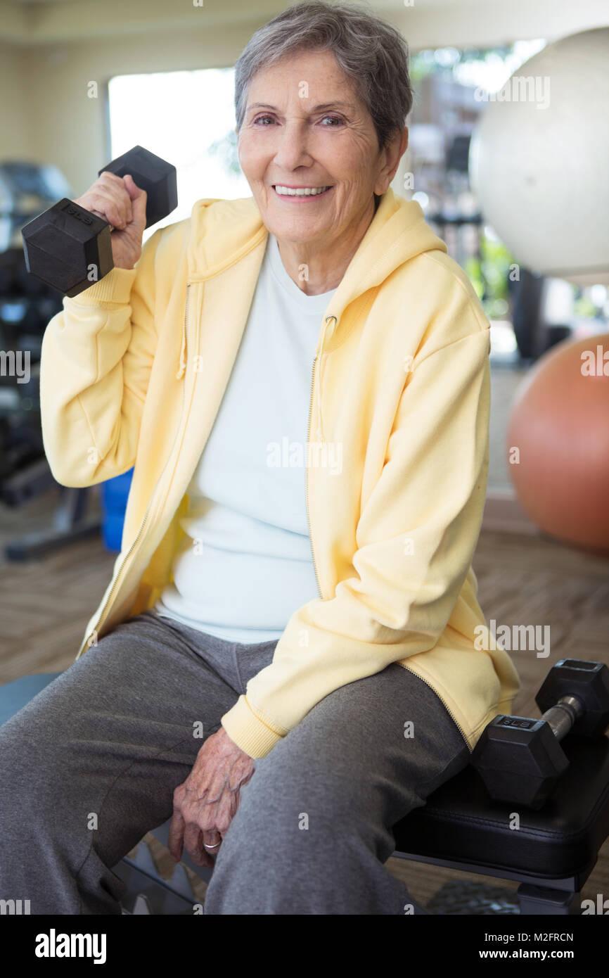 Retrato de una mujer sana maduros en el gimnasio. Imagen De Stock