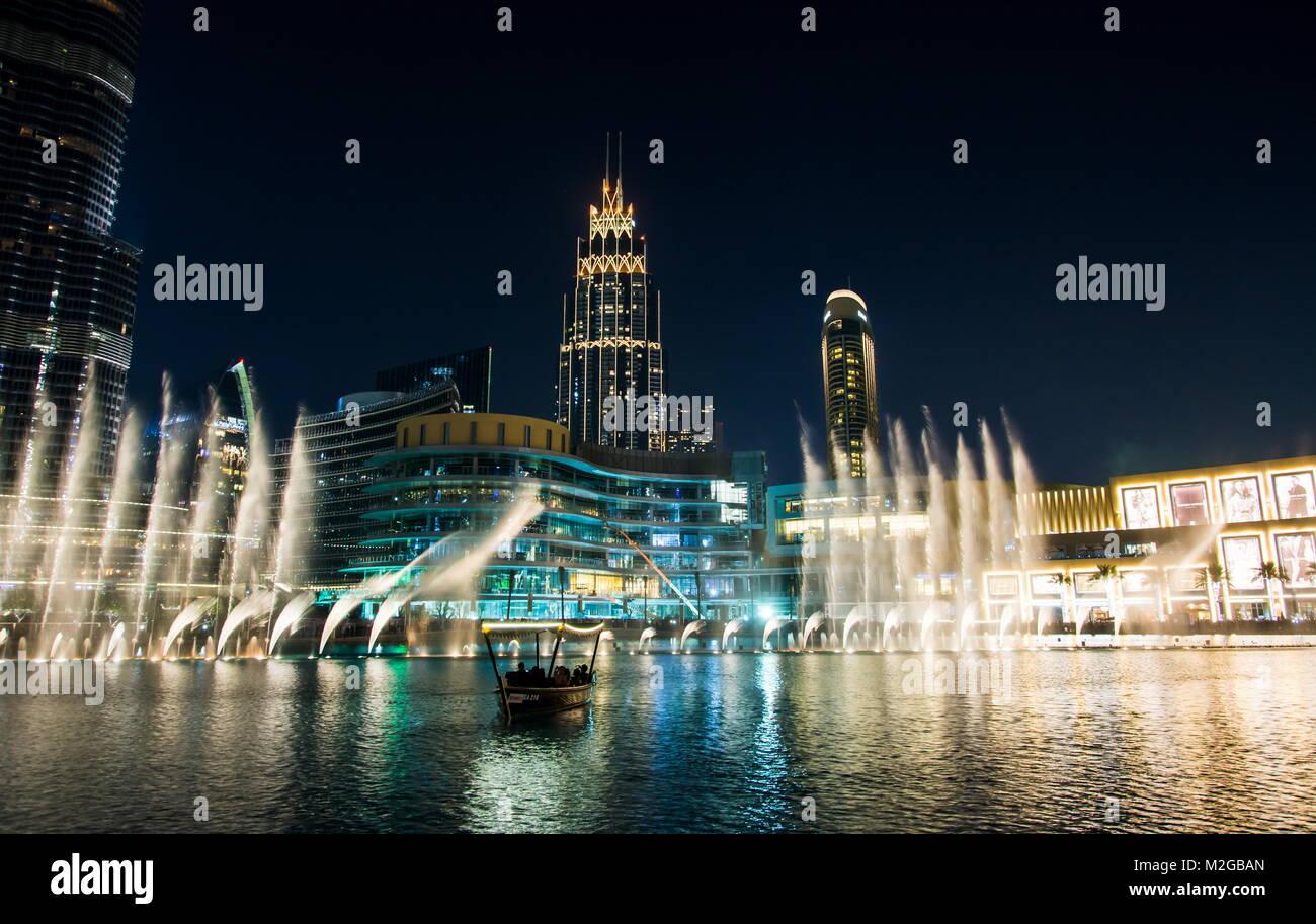 DUBAI, EMIRATOS ÁRABES UNIDOS - Febrero 5, 2018: Dubai fountain show en la noche, lo cual atrae a muchos turistas Imagen De Stock